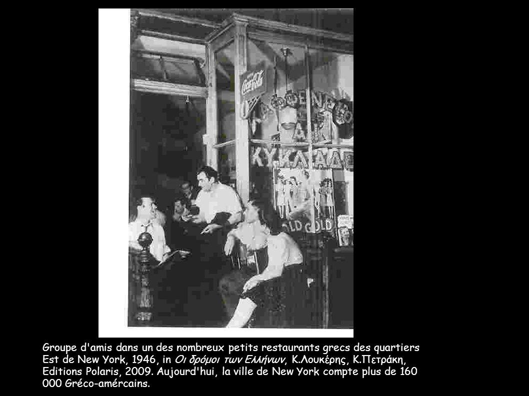 Groupe d'amis dans un des nombreux petits restaurants grecs des quartiers Est de New York, 1946, in Οι δρόμοι των Ελλήνων, Κ.Λουκέρης, Κ.Πετράκη, Edit