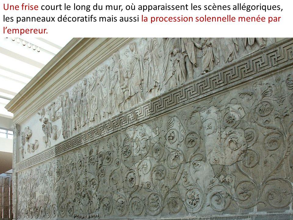 Une frise court le long du mur, où apparaissent les scènes allégoriques, les panneaux décoratifs mais aussi la procession solennelle menée par lempere