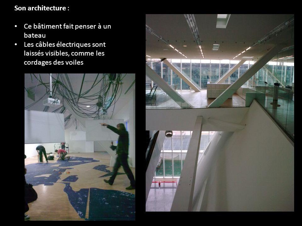 Son architecture : Ce bâtiment fait penser à un bateau Les câbles électriques sont laissés visibles, comme les cordages des voiles