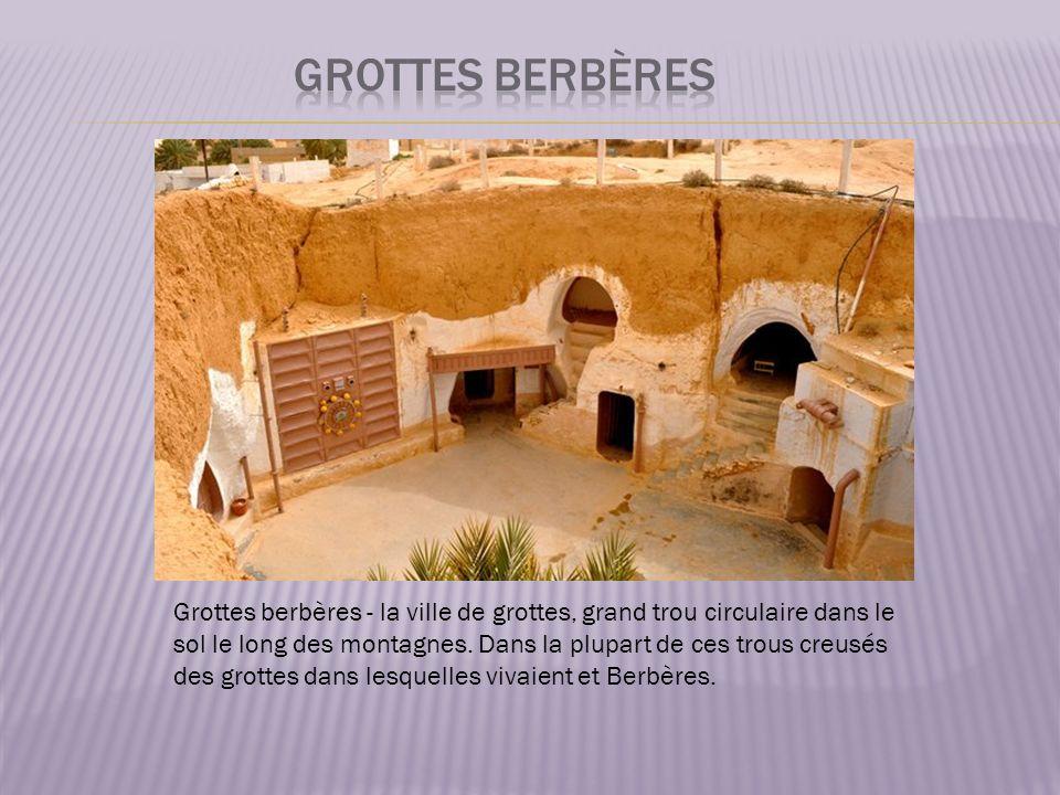 Grottes berbères - la ville de grottes, grand trou circulaire dans le sol le long des montagnes.