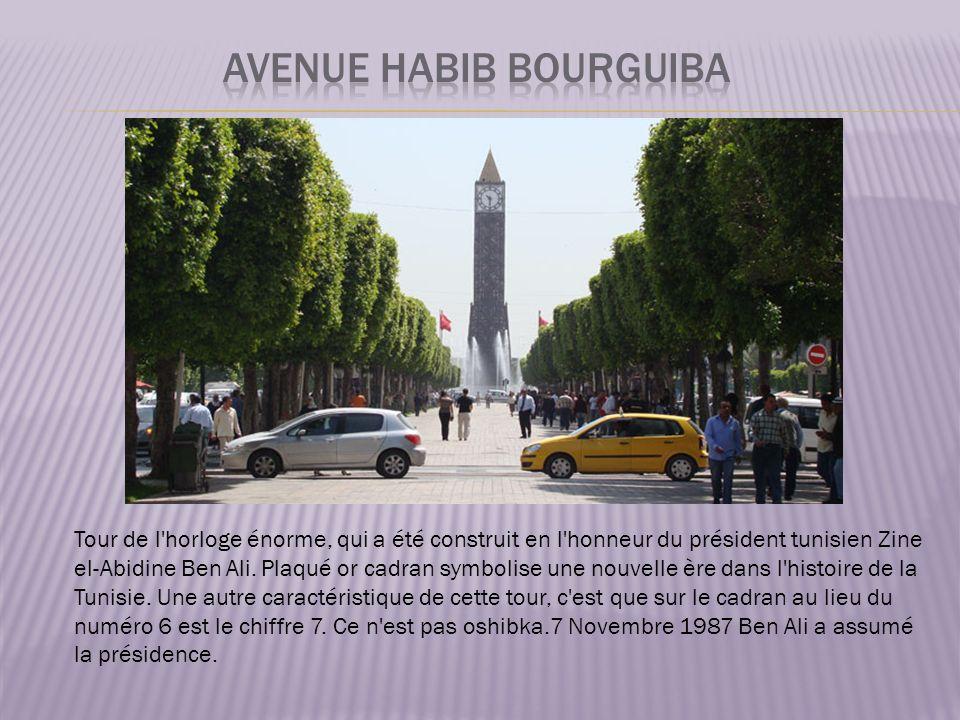 Tour de l horloge énorme, qui a été construit en l honneur du président tunisien Zine el-Abidine Ben Ali.