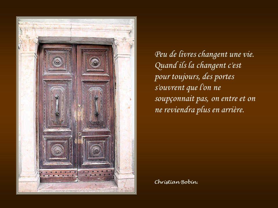 Il y a toujours dans notre enfance, un moment où la porte s'ouvre et laisse entrer l'avenir. Graham Greene.