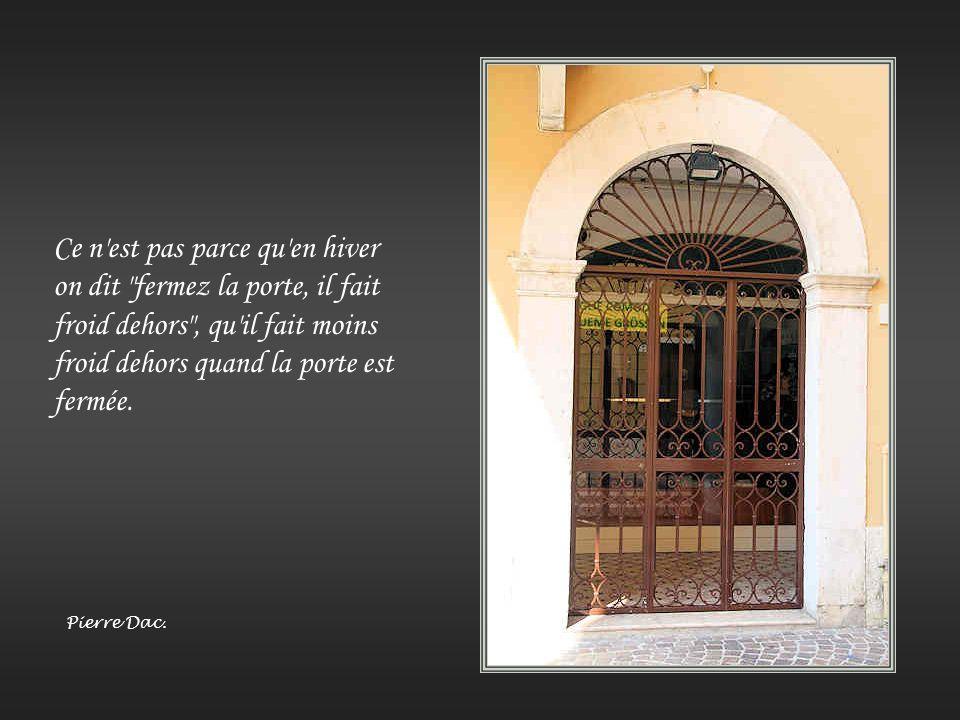 Entrez par la porte étroite, car la porte large et le chemin spacieux mènent à la perdition et il y en a beaucoup qui y entrent. Mais la porte étroite