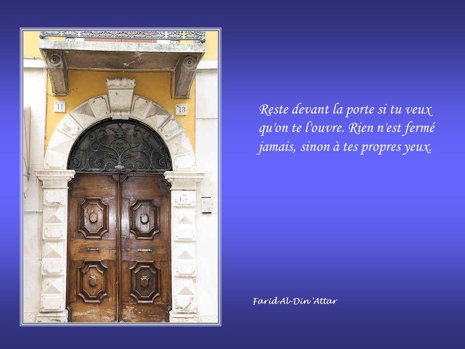 Reste devant la porte si tu veux qu on te l ouvre.