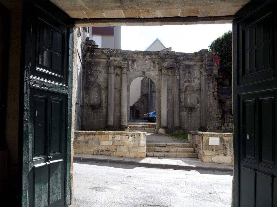 Cest une ville superbe, qui compte de très beaux immeubles en pierre de taille, datant pourtant du Moyen-âge, ou avant, ce qui nous raconte lopulence de la cité à cette époque.