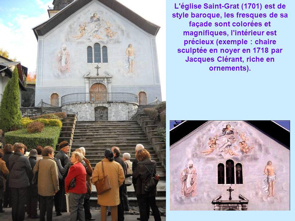 L'église Saint-Grat (1701) est de style baroque, les fresques de sa façade sont colorées et magnifiques, l'intérieur est précieux (exemple : chaire sc