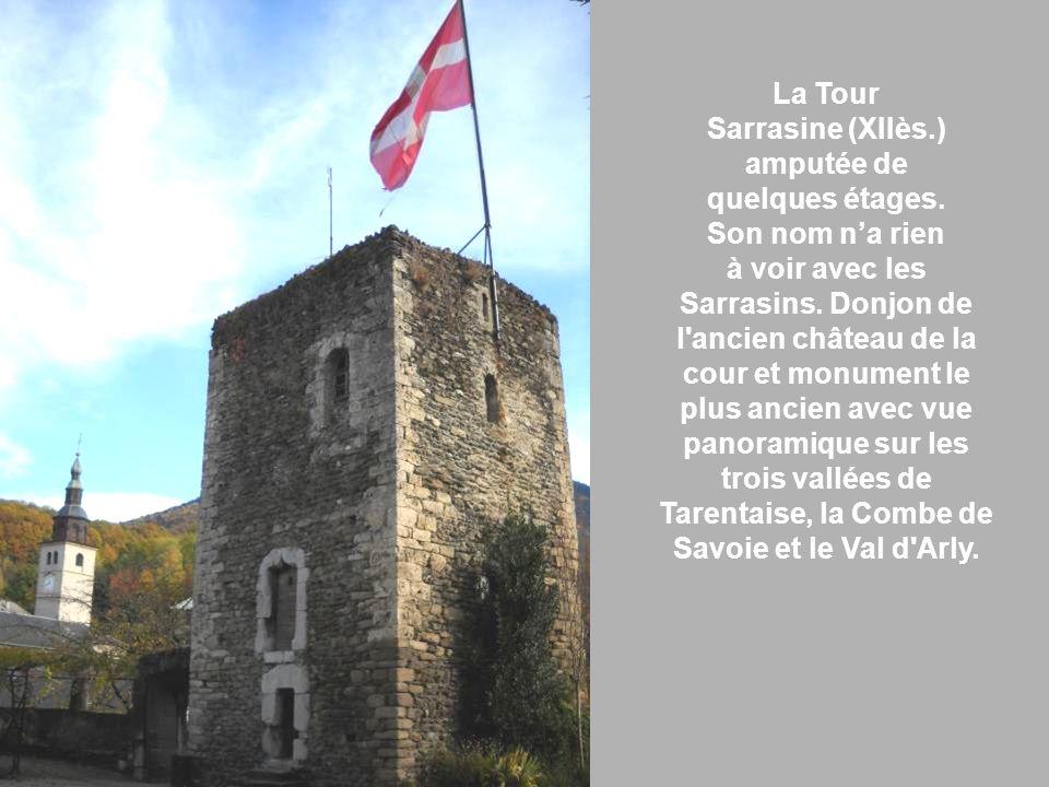 La Tour Sarrasine (XIIès.) amputée de quelques étages. Son nom na rien à voir avec les Sarrasins. Donjon de l'ancien château de la cour et monument le