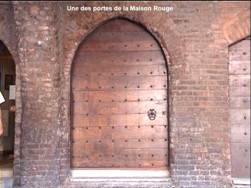 Une des portes de la Maison Rouge
