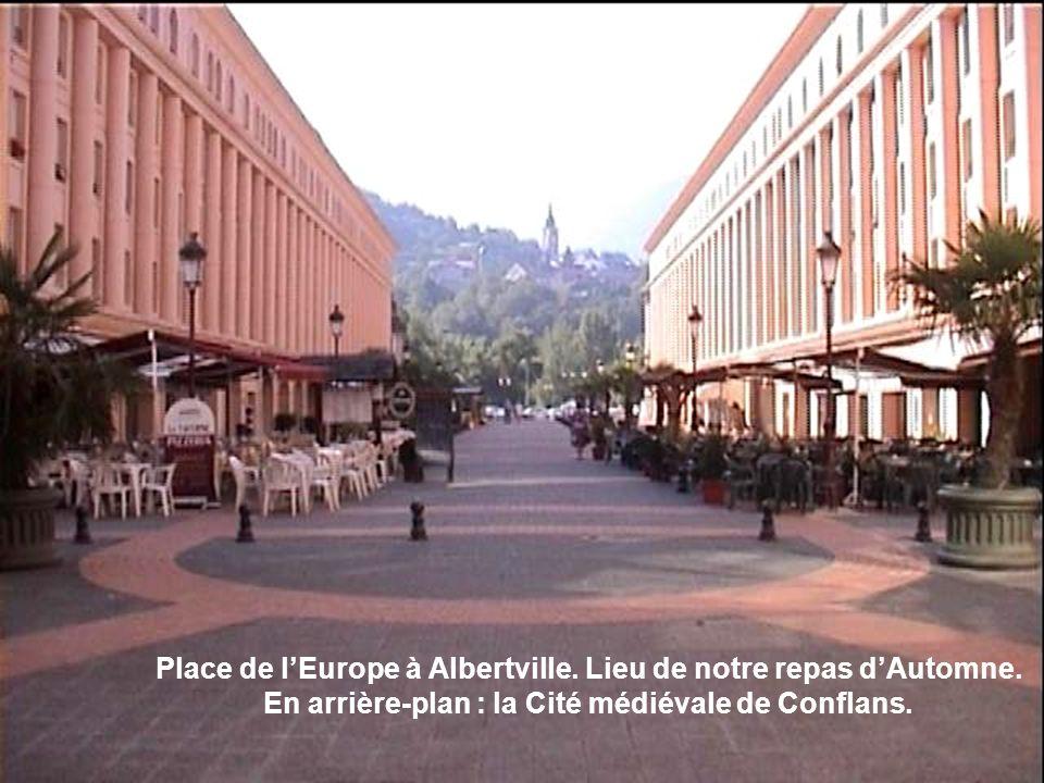 Place de lEurope à Albertville. Lieu de notre repas dAutomne. En arrière-plan : la Cité médiévale de Conflans.