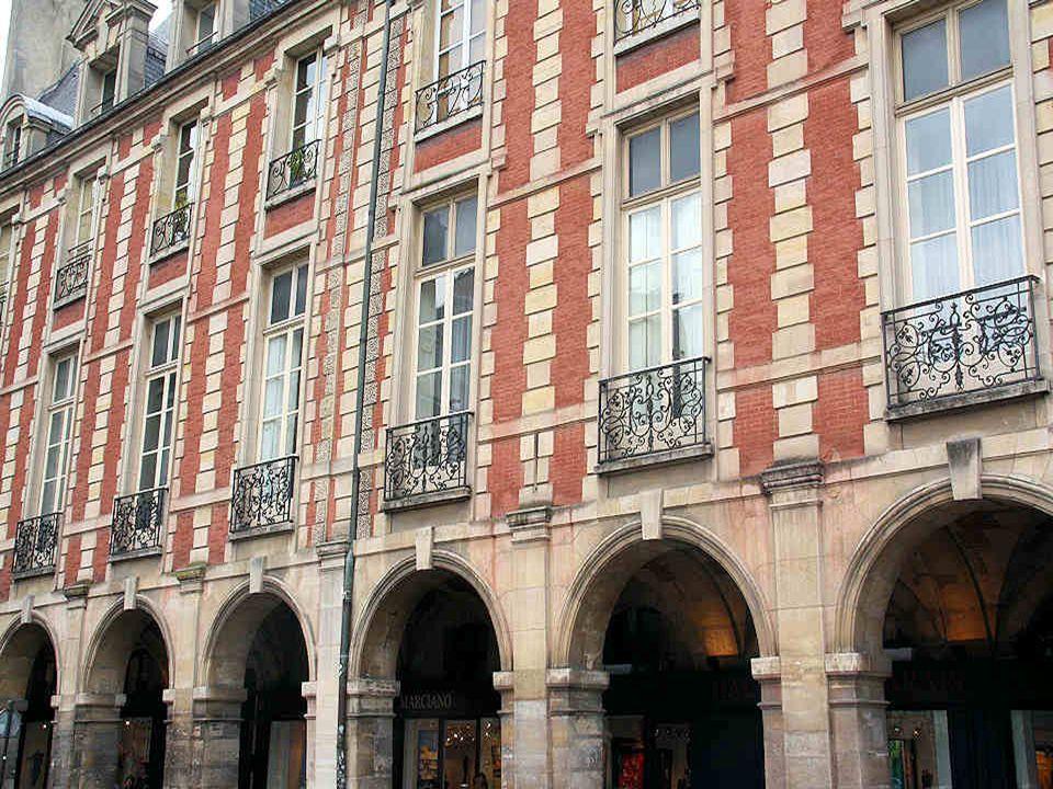Lhôtel Richelieu où, pourtant, le cardinal ne semble pas avoir habité a été construit par lun des six associés de lancienne manufacture de soie. Il a
