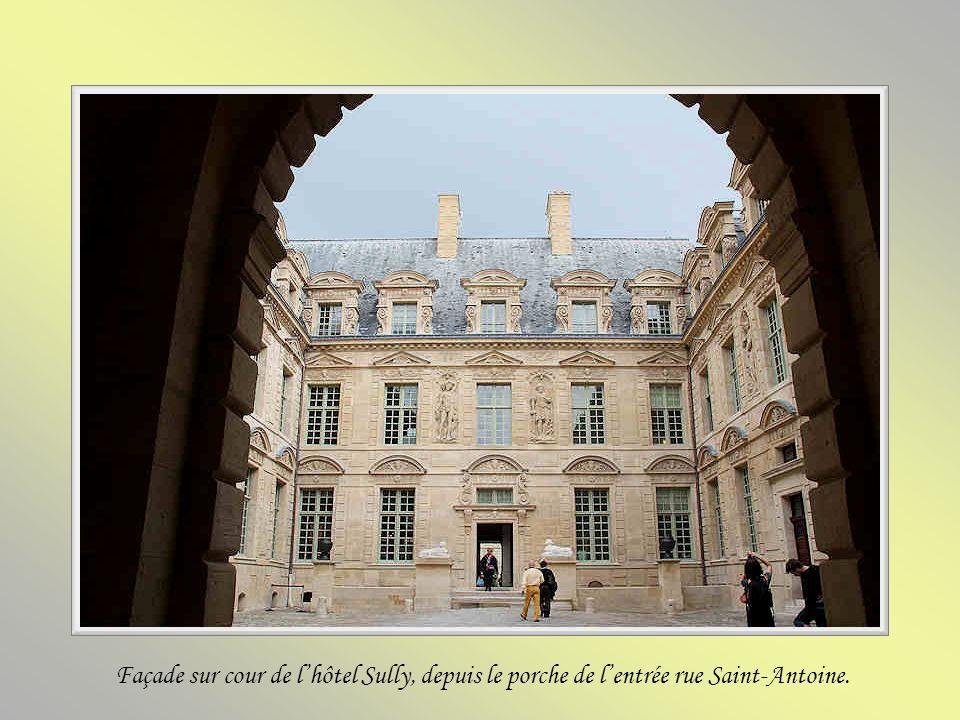 Lentrée principale de lhôtel Sully se fait rue Saint-Antoine et le jardin de lorangerie a une porte daccès sur la place des Vosges. Le contrôleur des