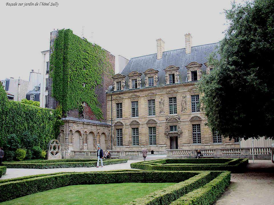 Les deux statues placées au- dessus de la porte de lhôtel Sully, celle de gauche représente l hiver et celle de droite, lautomne. Ci-dessous, un détai