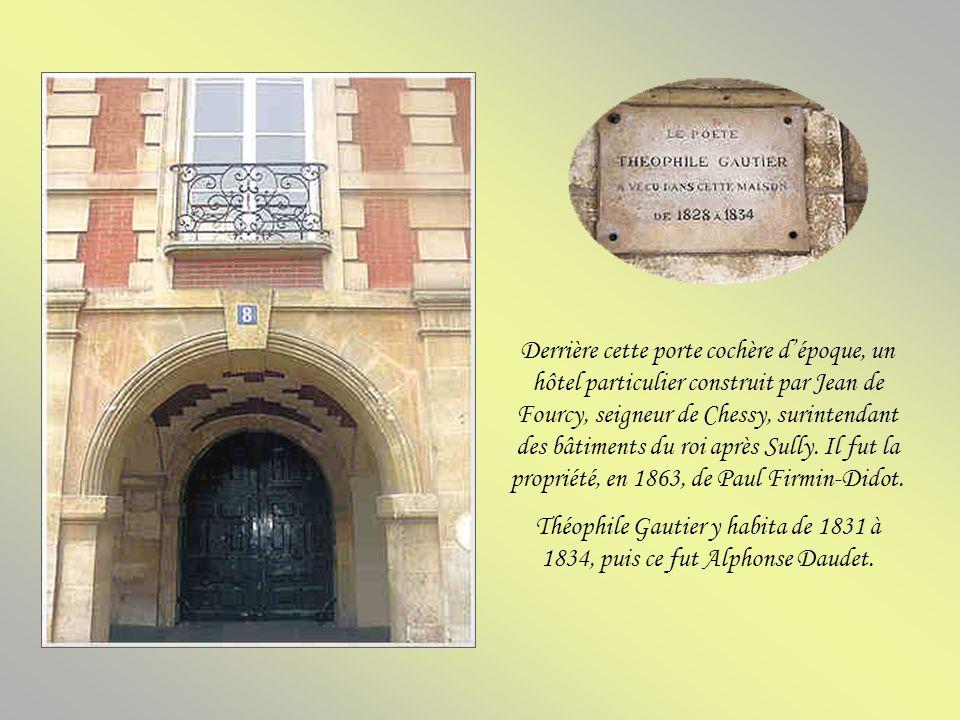 Victor Hugo vécut au deuxième étage de l'hôtel Rohan-Guéménée de 1832 à 1848. C'est là qu'il recevait Vigny, Lamartine, Béranger, Sainte-Beuve, Dumas,
