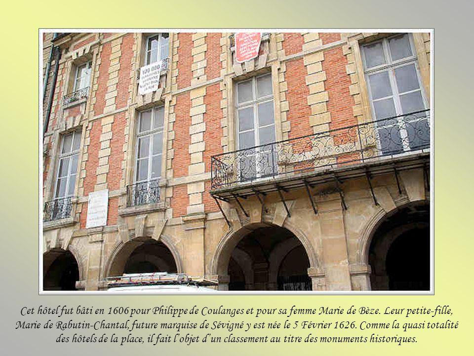 Derrière cette porte cochère dépoque, un hôtel particulier construit par Jean de Fourcy, seigneur de Chessy, surintendant des bâtiments du roi après S
