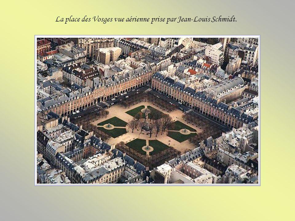 La place des Vosges (place royale avant la Révolution) se trouve dans le Marais, faisant partie des 3e et 4e arrondissements parisiens. Conçue par Lou