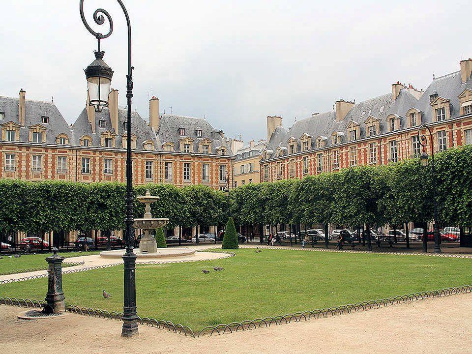 La place des Vosges est conçue sur un plan quasi carré de 127 sur 140 mètres de côté. Elle est bordée dimmeubles dhabitations de deux étages en brique
