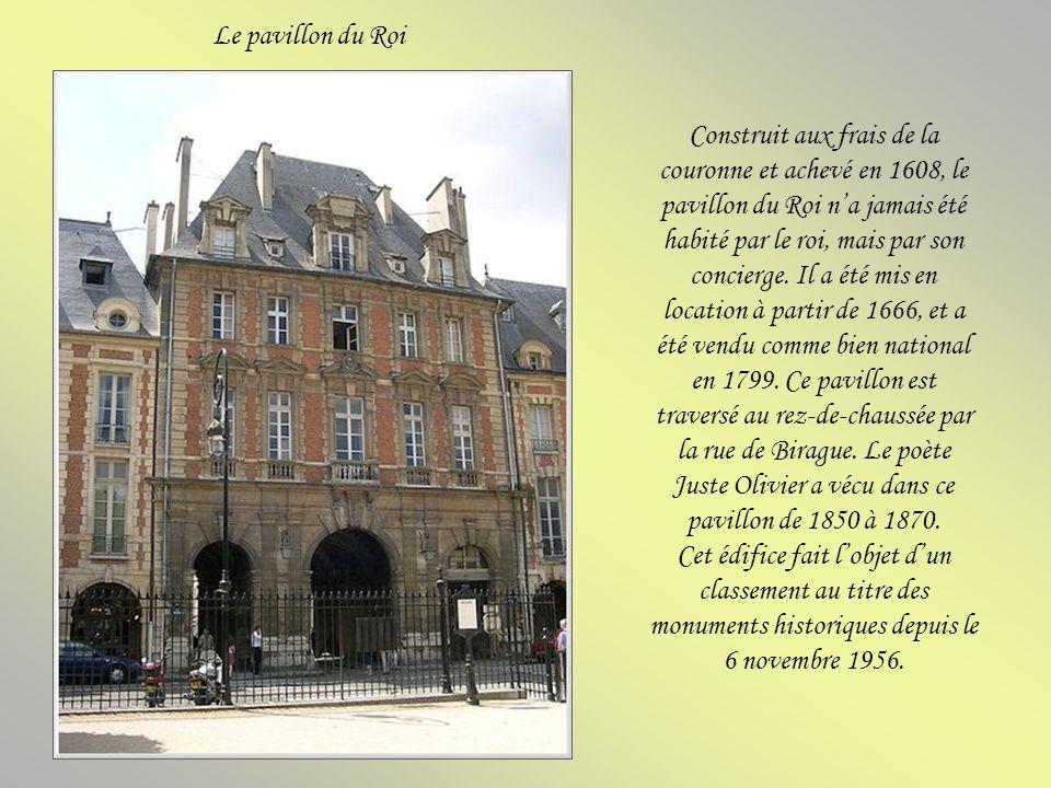 La statue équestre de Louis XIII installée en 1825, la première statue datant de 1639 ayant été détruite pendant la Révolution.