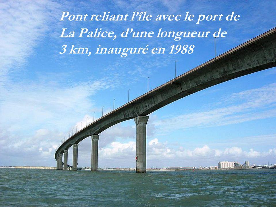 Lîle vue du ciel Bac Saintongeais assurant le trafic de lîle de Ré au continent avant le pont