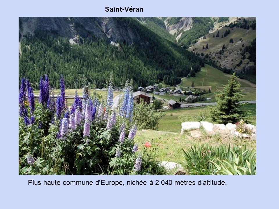 Située à 1 135 mètres d'altitude, au nord des Alpes-de-Haute-Provence, Barcelonnette se distingue par ses allures à la fois montagnardes et mexicaines
