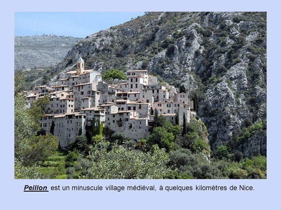 Dans les Alpes-Maritimes, à une trentaine de kilomètres de Menton, Moulinet est située dans le parc du Mercantour.