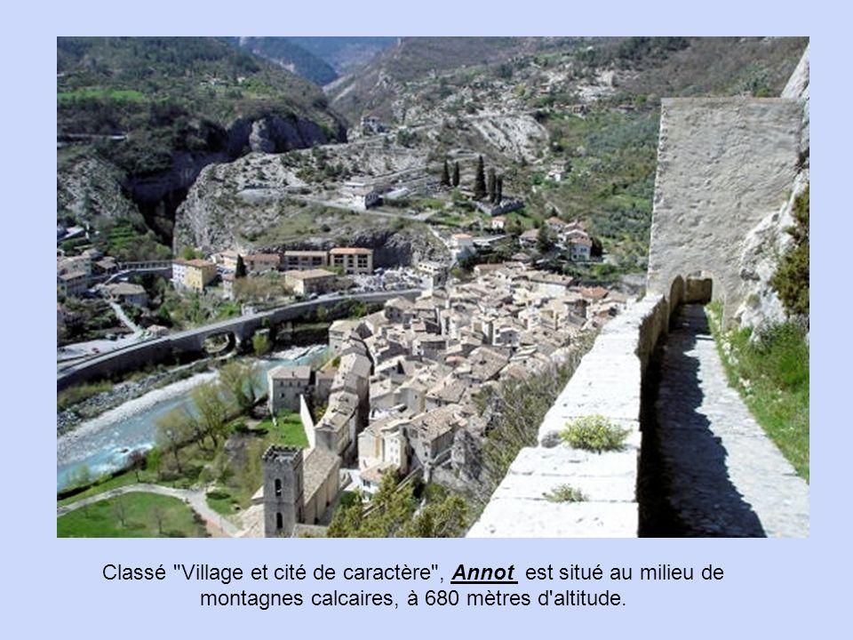 Le village de Gourdon, situé dans un cadre magnifique, surplombe le Loup de plusieurs centaines de mètres. classé parmi les Plus Beaux Villages de Fra