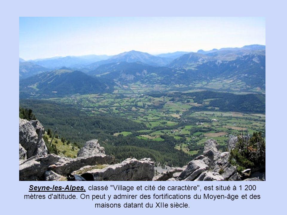 Moustiers-Sainte-Marie A 634 mètres d'altitude, construit en amphithéâtre au creux des collines provençales, où se côtoient lac, montagnes et champs d