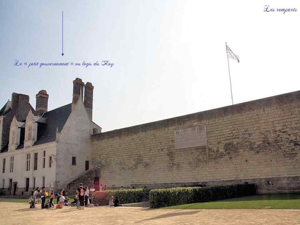 Le bastion Saint-Pierre qui est la partie la plus ancienne du château. Ci-contre, dans les remparts, des canonnières qui ont été restaurées.