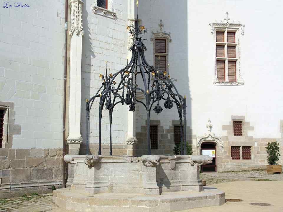 La tour de la Couronne d'Or, construite par François II et achevée par sa fille Anne de Bretagne, tient son nom de la proximité du puits, surmonté de