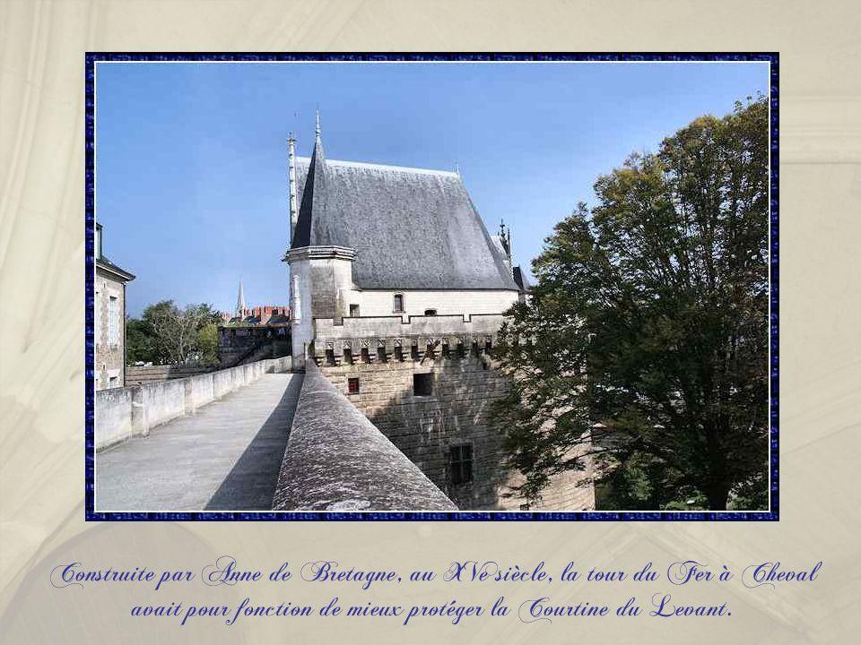 La tour des Jacobins faisait face au couvent du même nom. Elle est parfois appelée tour des Anglais, car elle a servi à emprisonner des soldats anglai