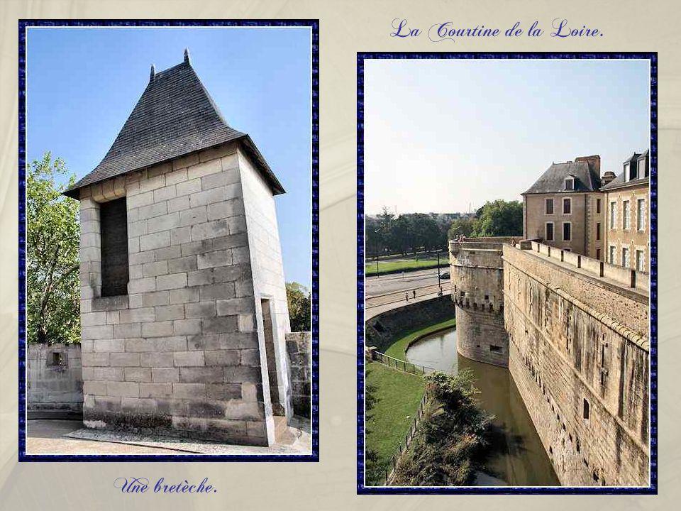La tour du Port qui a pour fonction de protéger la Courtine de la Loire.