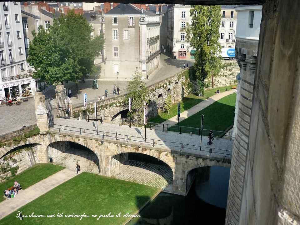 Anciens terrains vagues situés hors des murs de lenceinte de la ville, les cours Saint-Pierre et Saint-André sont aménagés au XVIIIe siècle. Ils dessi