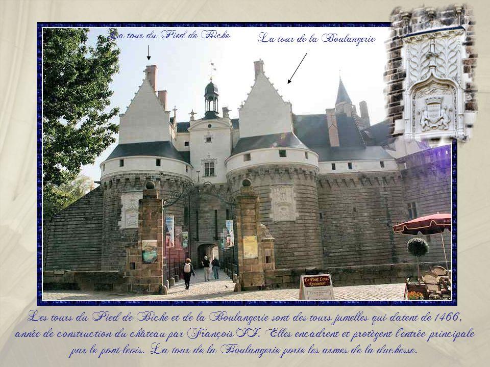 Le Château des ducs de Bretagne se situe à Nantes, sur la rive droite de la Loire qui alimentait autrefois les douves. Il fut la résidence principale