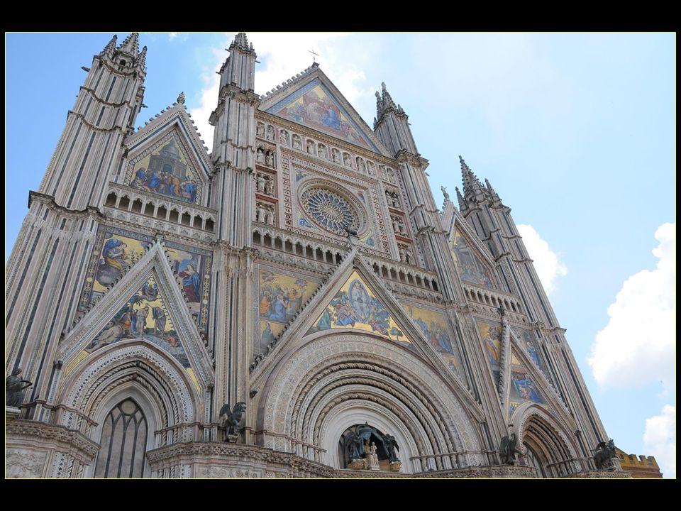 La première pierre fut posée le 13 novembre 1290 par le pape Nicolas IV