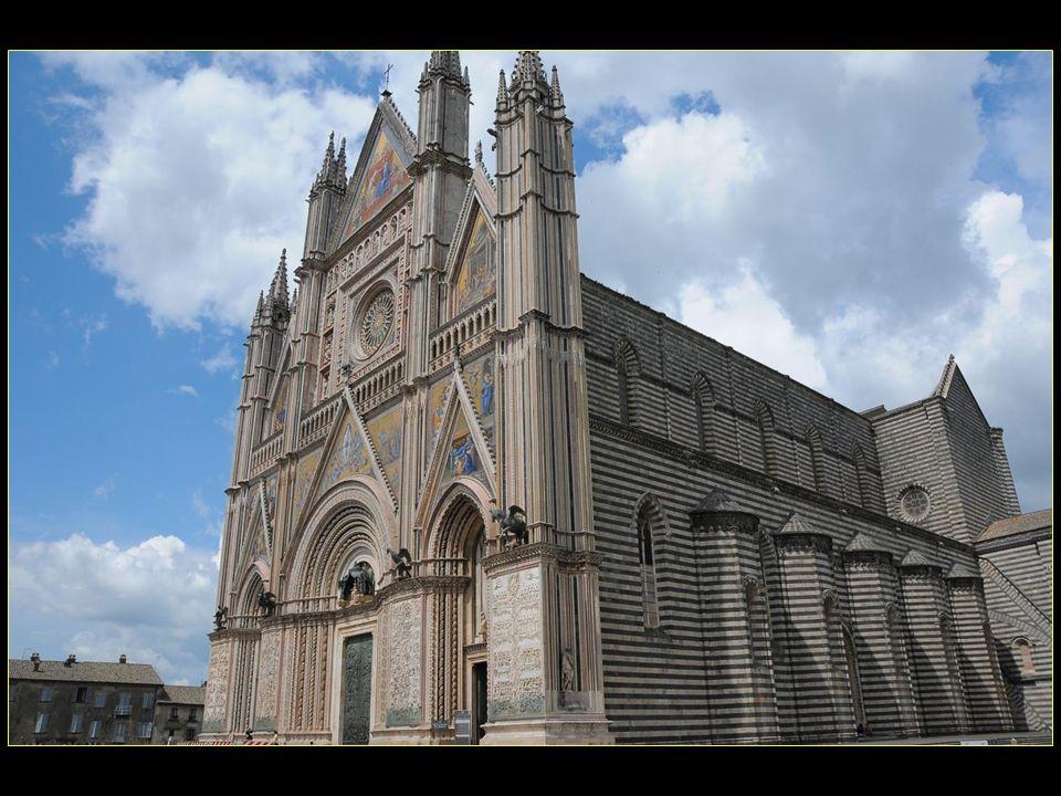 Lintérieur est de type basilical à trois nefs divisées par deux colonnes et deux pilastres de basalte noir et travertin blanc