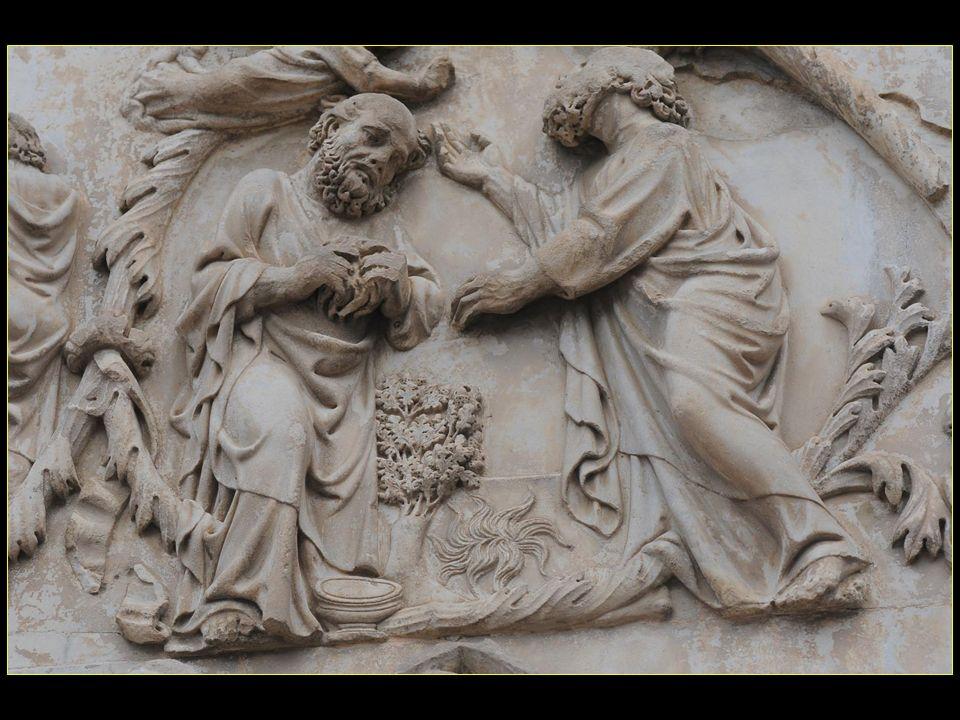 vers 1320-1330 furent réalisés les bas-reliefs qui ornent les quatre pilastres de la base, entre les portes, et qui sont dune richesse exceptionnelle