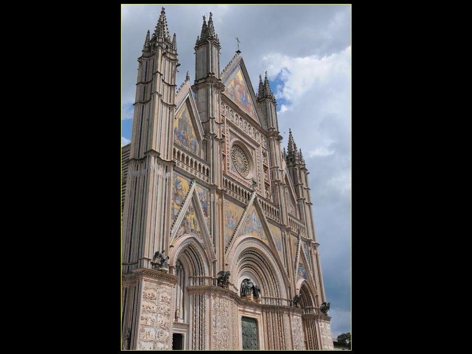 La cathédrale dOrvieto se dresse au sommet de la colline dOrvieto