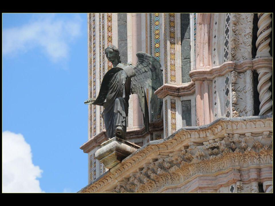sur les pilastres au-dessus des bas-reliefs apparaissent quatre statues en bronze de Lorenzo Maitani, soit Lange, le lion, laigle et le taureau symbolisant les quatre évangélistes
