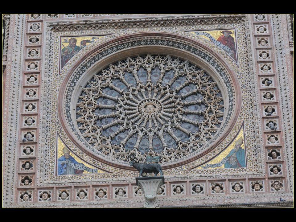 la splendide rosace, oeuvre de Andrea Orcagna en 1358, à double cercle de colonnettes et bordée de 52 têtes de saints en reliefs