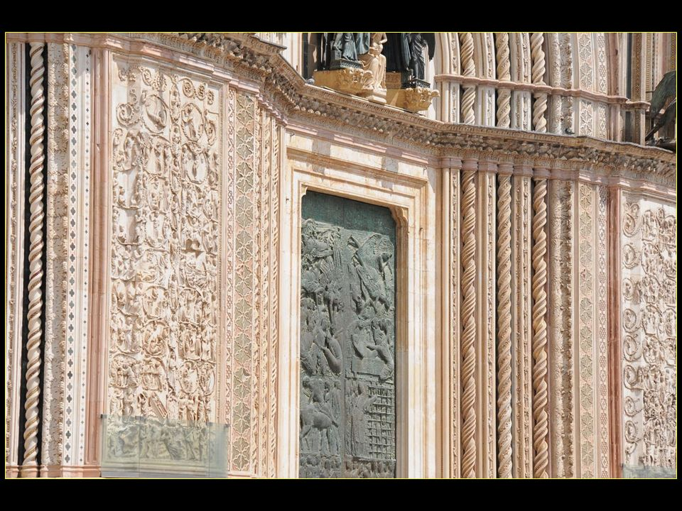 La porte centrale en bronze est de Emilio Greco sur le thème des oeuvres de miséricordes ceci en 1964.