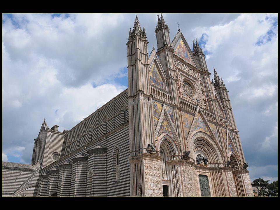 le Duomo dédié à LAssomption de la Vierge Marie est une des œuvres les plus grandioses de larchitecture médiévale italienne