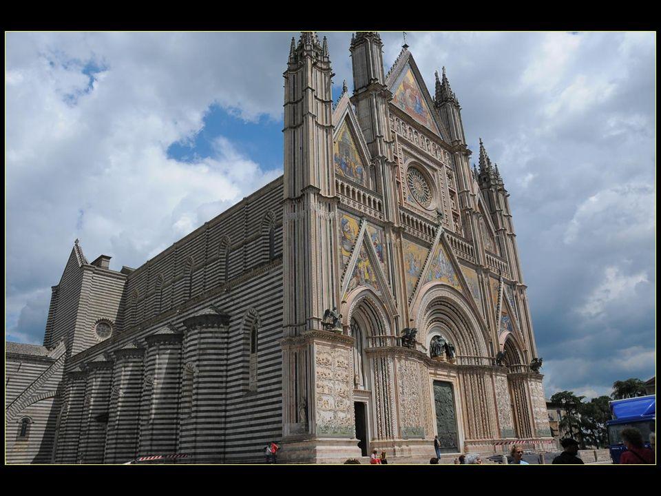 Lachèvement du transept fut réalisé avec la chapelle du Caporal et la chapelle de Saint Brice en 1408