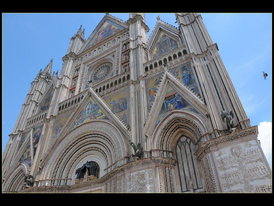 de style gothique elle est notamment célèbre pour sa façade et un bonheur intense vous envahit en la contemplant