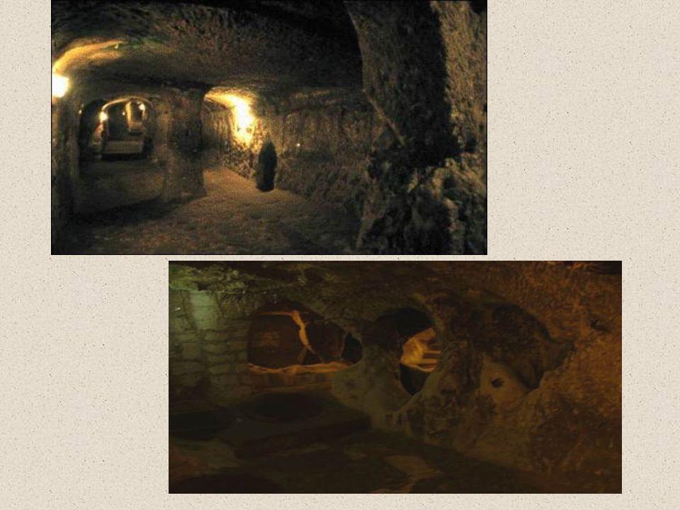 De plus, Derinkuyu a un tunnel de presque 8 kilomètres de long qui mène à une autre ville souterraine de Capadocce, Kaymakli