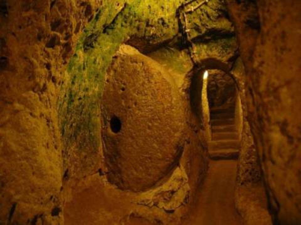 En 1963, un habitant de Derinkuyu (dans la région de Capadocce, l'Anatolie centrale, la Turquie), démolissait un mur de la cave de sa maison et a déco