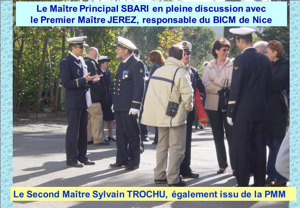 Après la cérémonie, moment de discussion. Le Maître Principal SBARI en pleine discussion avec le Premier Maître JEREZ, responsable du BICM de Nice Le
