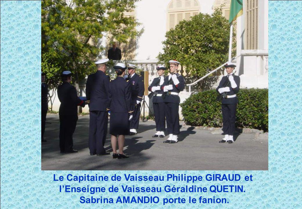 Le Capitaine de Vaisseau Philippe GIRAUD et lEnseigne de Vaisseau Géraldine QUETIN. Sabrina AMANDIO porte le fanion.