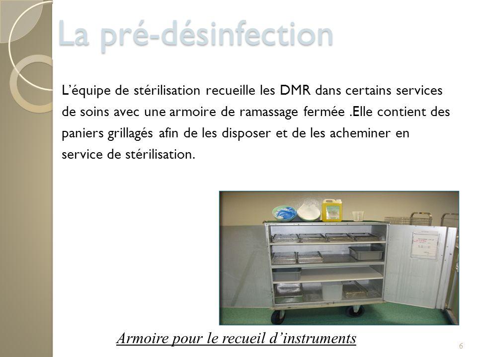 6 Léquipe de stérilisation recueille les DMR dans certains services de soins avec une armoire de ramassage fermée.Elle contient des paniers grillagés