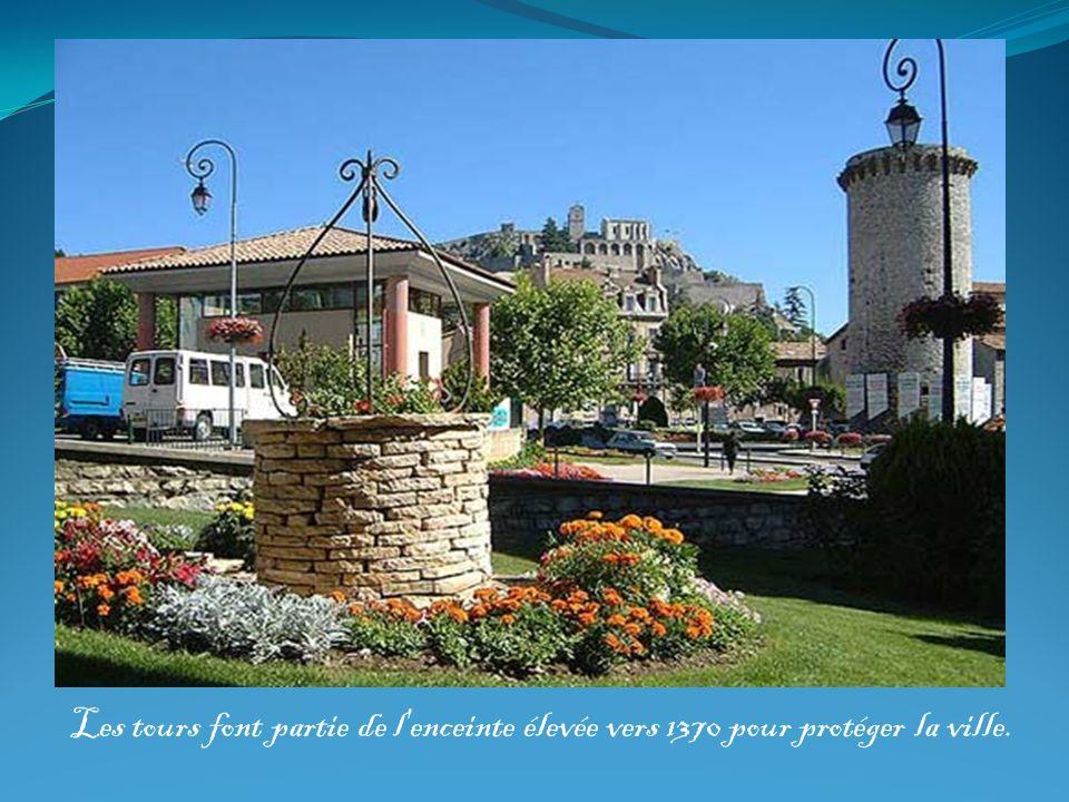 Les tours font partie de l'enceinte élevée vers 1370 pour protéger la ville.