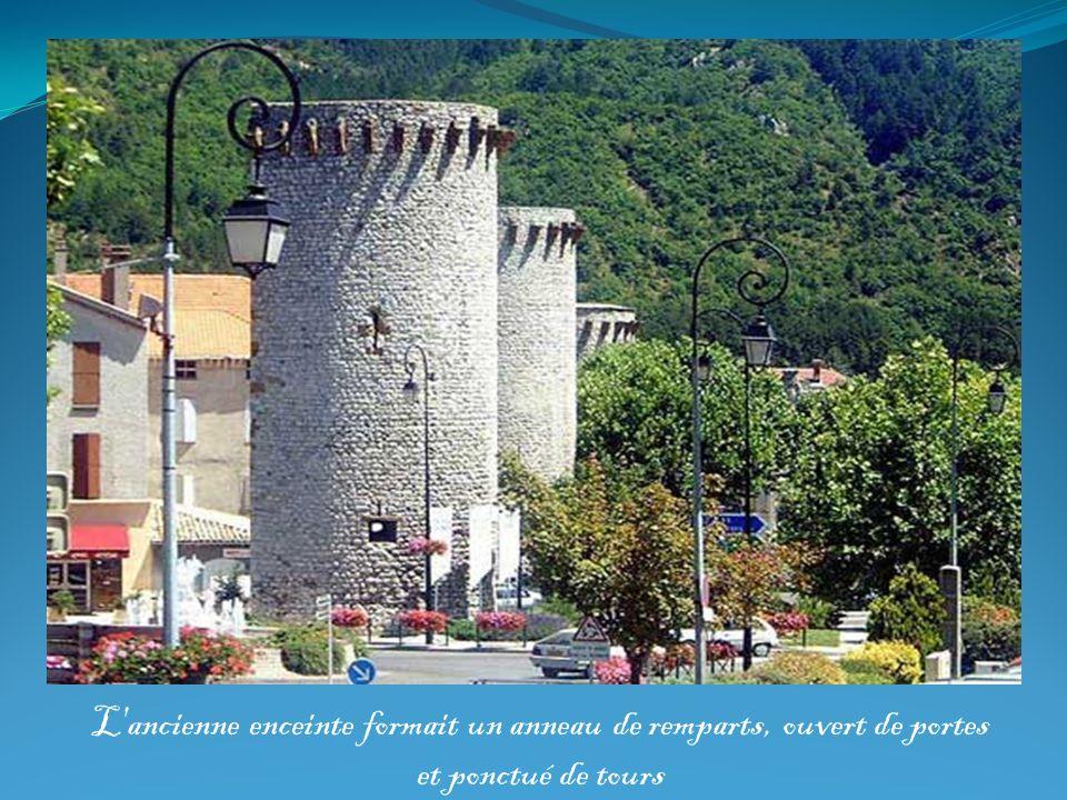 L'ancienne enceinte formait un anneau de remparts, ouvert de portes et ponctué de tours