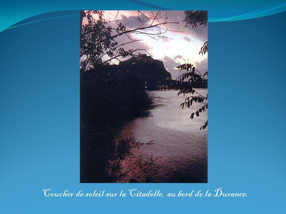 Coucher de soleil sur la Citadelle, au bord de la Durance.